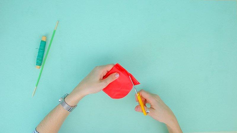 Tijeras cortando el papel de seda