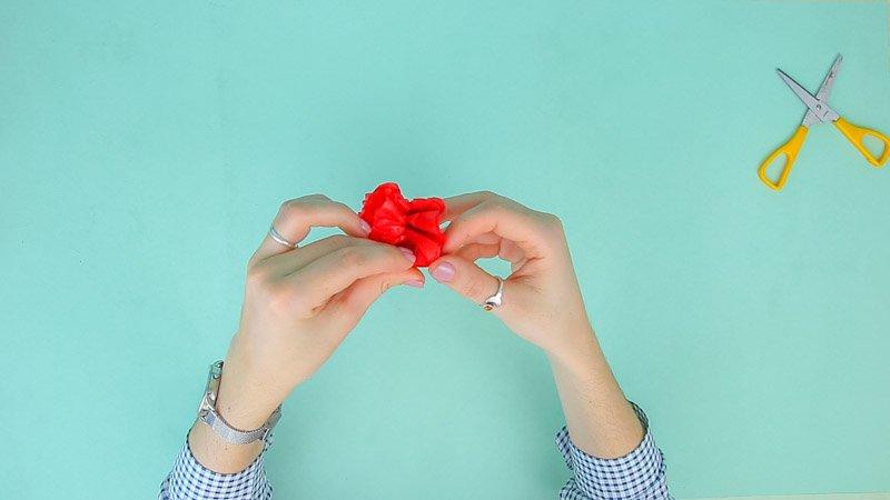 Proceso para darle forma al clavel con papel de seda