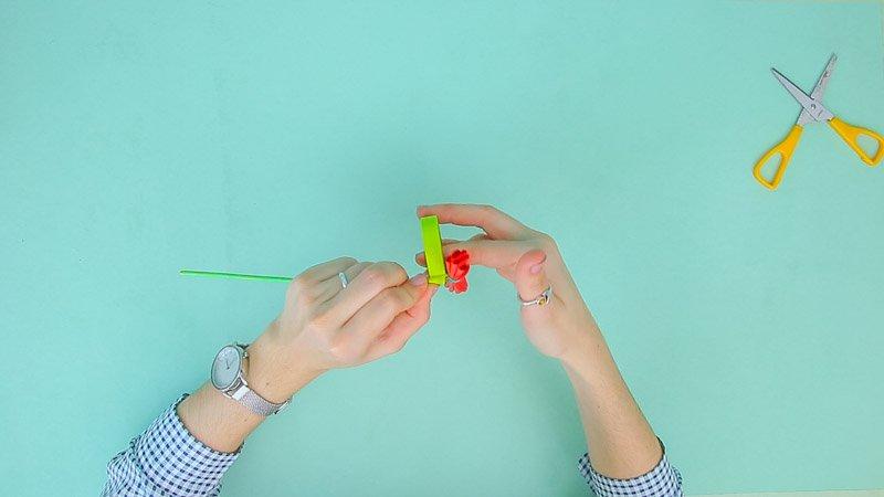 Pegado de cinta adhesiva sobre el clavel de papel de seda