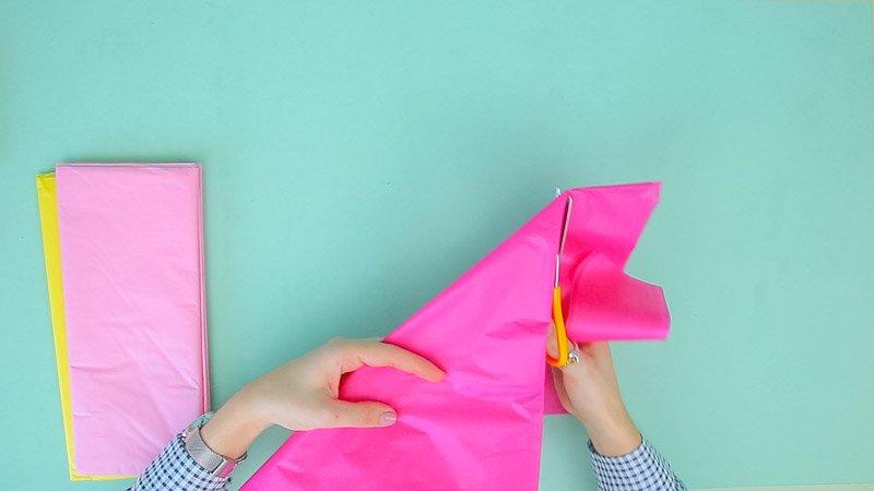 Tijeras cortando el papel de seda para hacer una hortensia grande