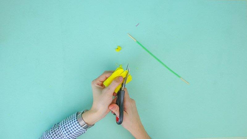 Proceso para hacer flores amarillas de papel de seda