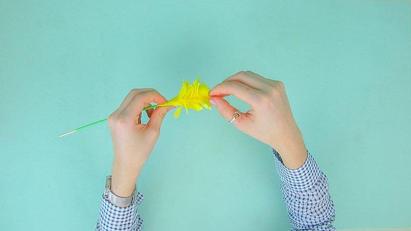 Materiales para hacer flores amarillas de papel de seda