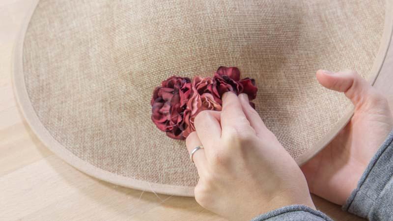 Colocación de las flores sobre el tocado con cola caliente