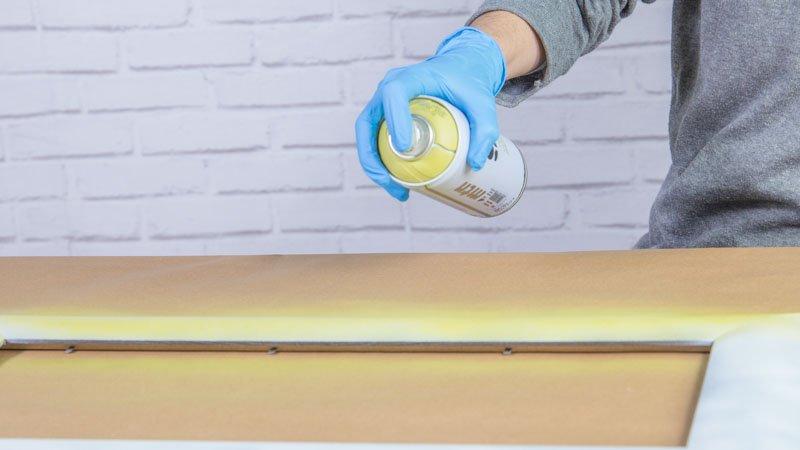 Decoración del marco de madera con pintura en spray