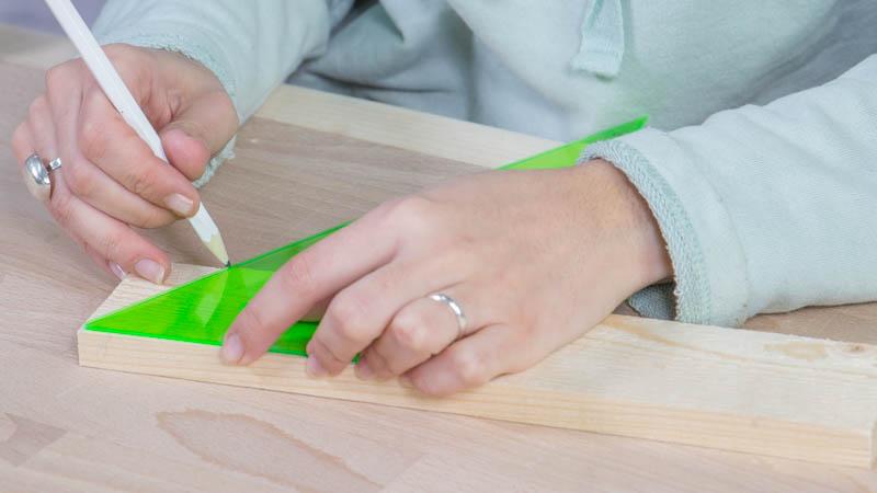 Lápiz marcando las piezas de madera