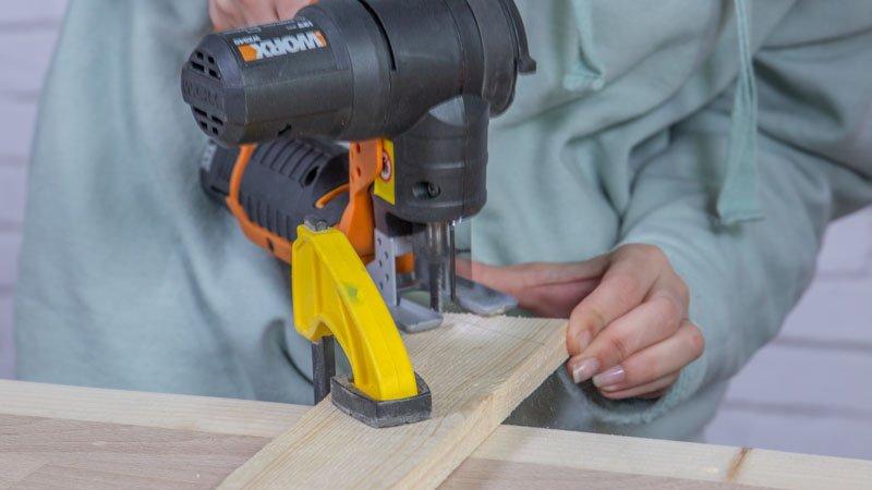 Sierra de calar cortando piezas de madera