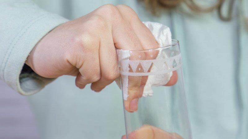 Trapo limpiando la copa tras el proceso de grabado