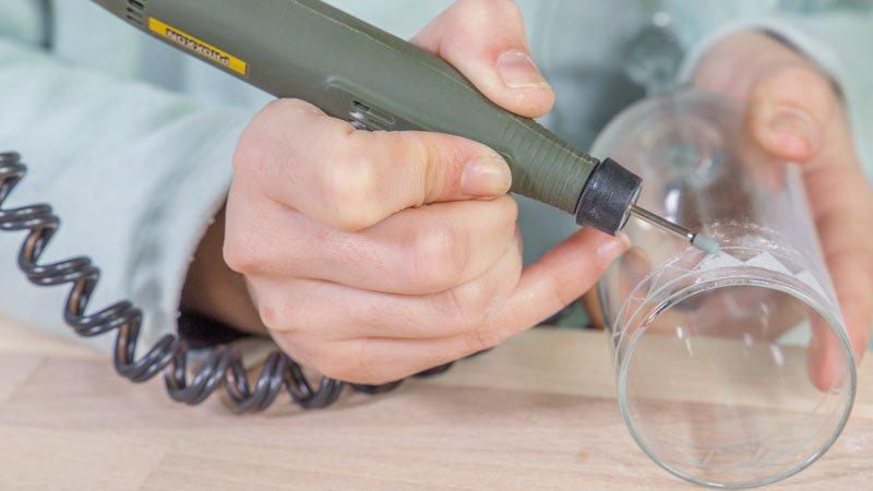 Decoración de la copa con un grabador de vidrio