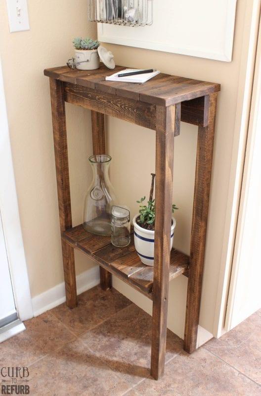 Mesita auxiliar hecha con palets y listones de madera