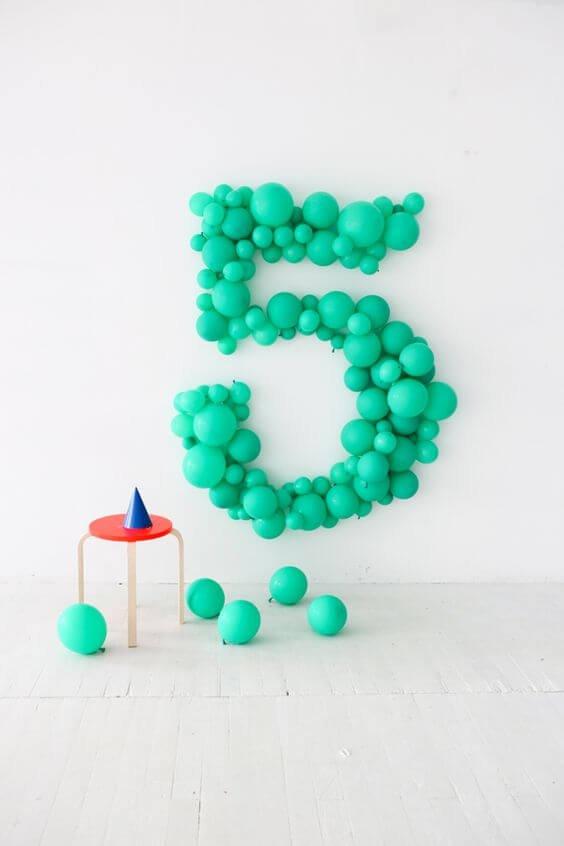 Número para cumpleaños hecho con globos