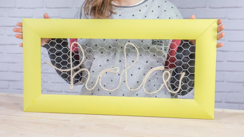 Cuadro decorativo hecho con malla de gallinero y cuerda