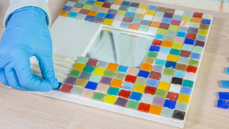 Aplicación de adhesivo de contacto Montack de Ceys para pegar los cristales de mosaico sobre el espejo