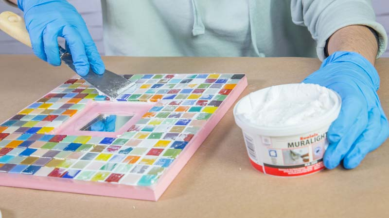 Aplicación de la masilla muralight rualaix para cubrir el mosaico