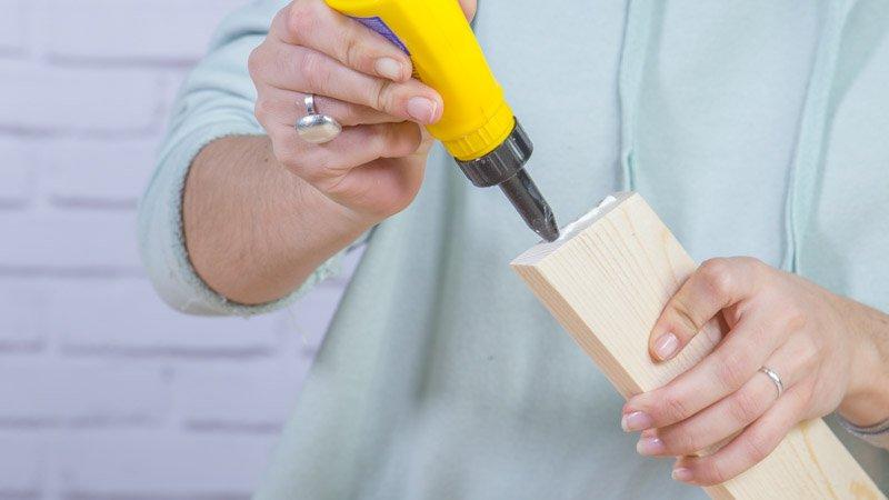 Encolado de las piezas de madera para formar el adorno