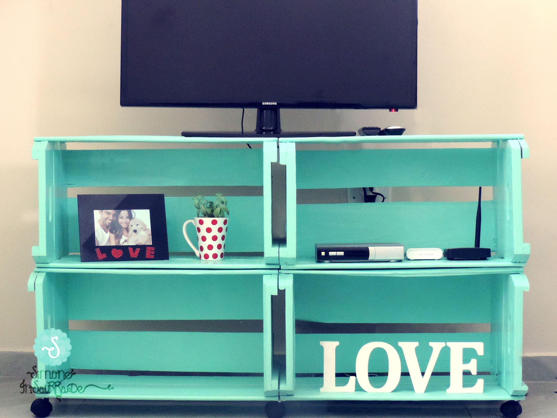 Módulo o mueble de televisión hecho con cajas de madera reciclada