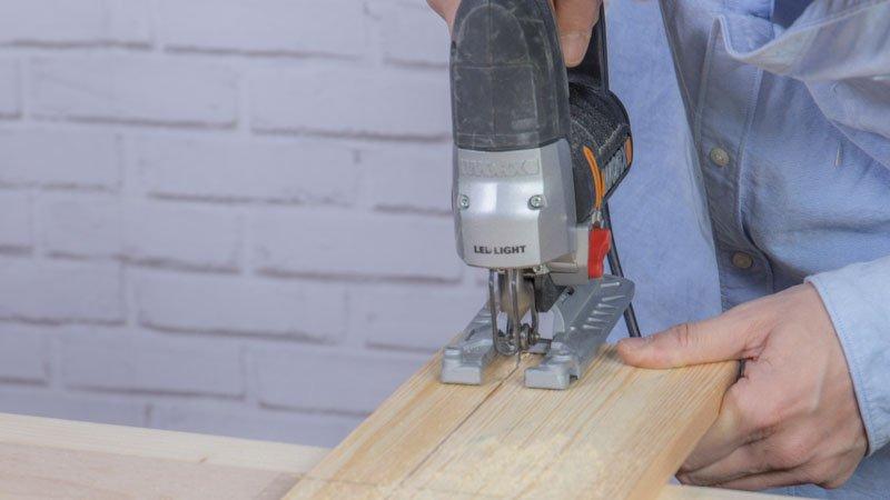 Sierra de calar cortando las piezas de madera