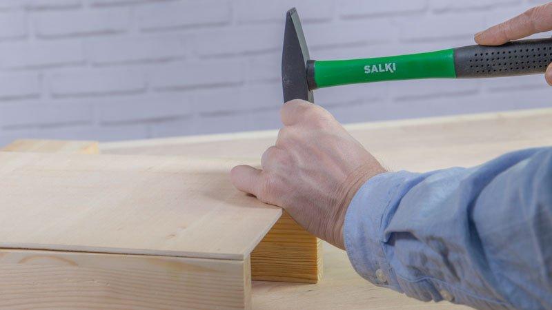 Martillo de Salki clavando los clavos para montar la estructura del cajón de madera