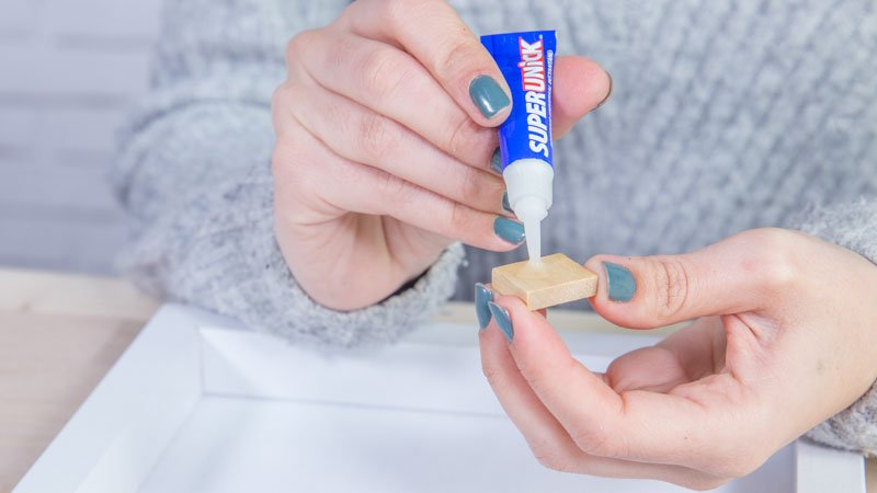 Aplicación del adhesivo instantáneo para pegar las piezas de Scabble