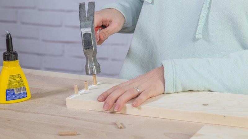 Colocación de los tubillones de madera para montar la estructura de la jardinera