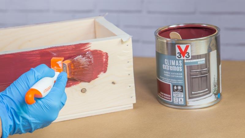 Aplicación de la primera capa del barniz decorativo sobre la madera