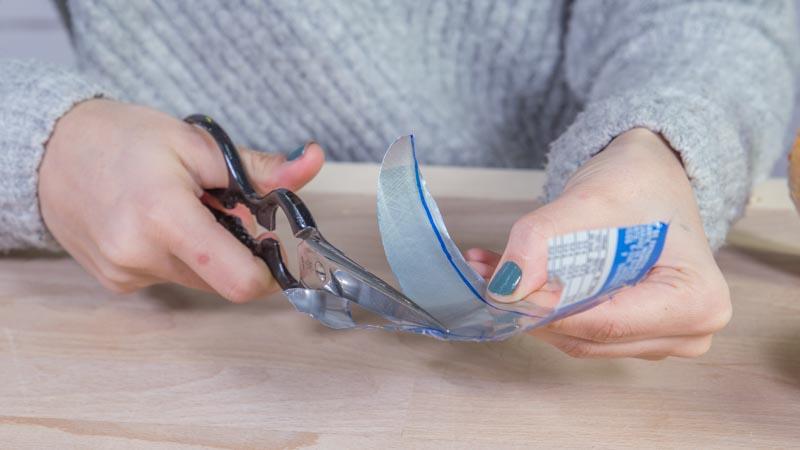 Cúter cortando latas para hacer pulseras