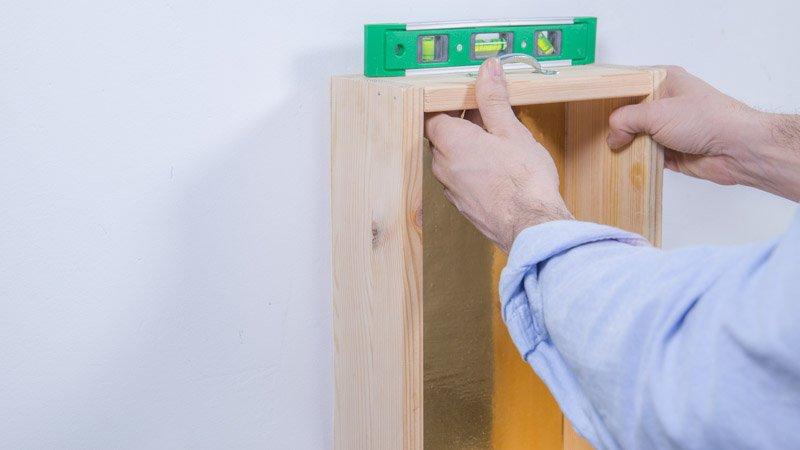 Nivel para ajustar la posición del cajón en la pared