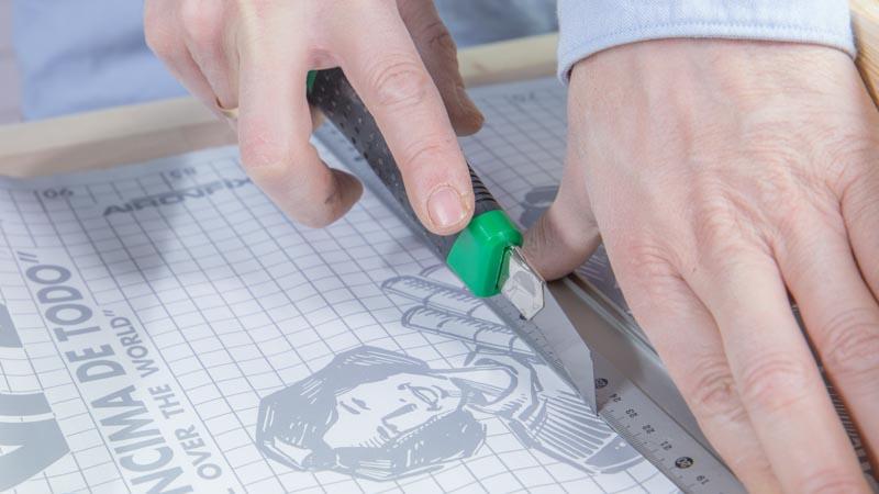 Cúter cortando el papel decorativo del fondo del cajón