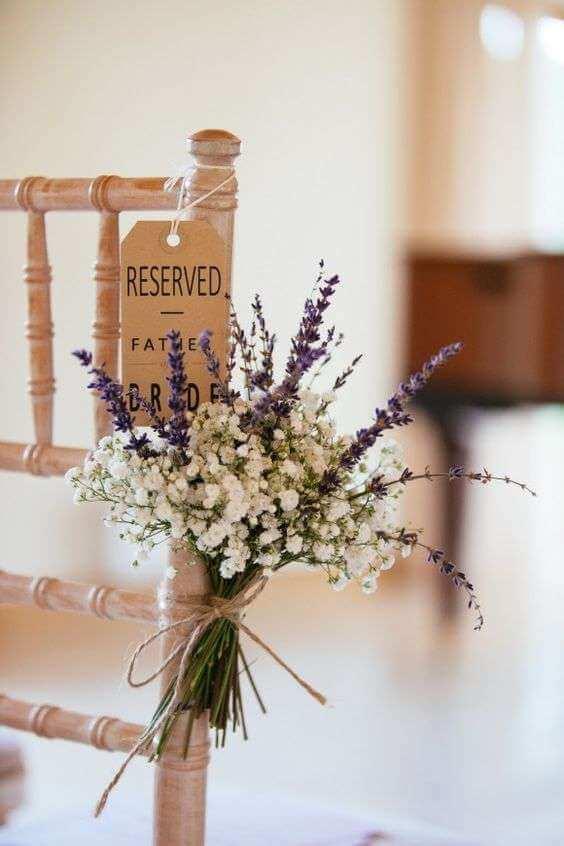 Ideas para decorar las sillas en la boda: ramilletes de lavanda