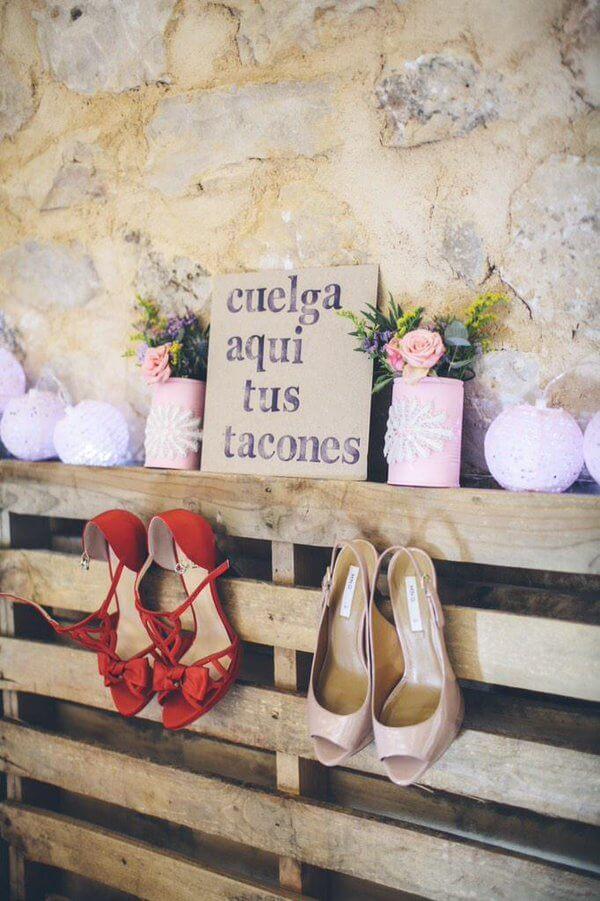 DIY para colgar los zapatos en una boda