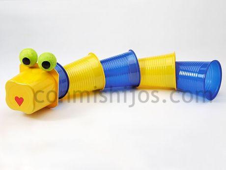 manualidades-para-ninos-faciles-y-divertidas-gusano-con-vasos-de-plastico