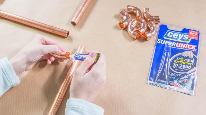 Aplicación del adhesivo instantáneo sobre el cobre