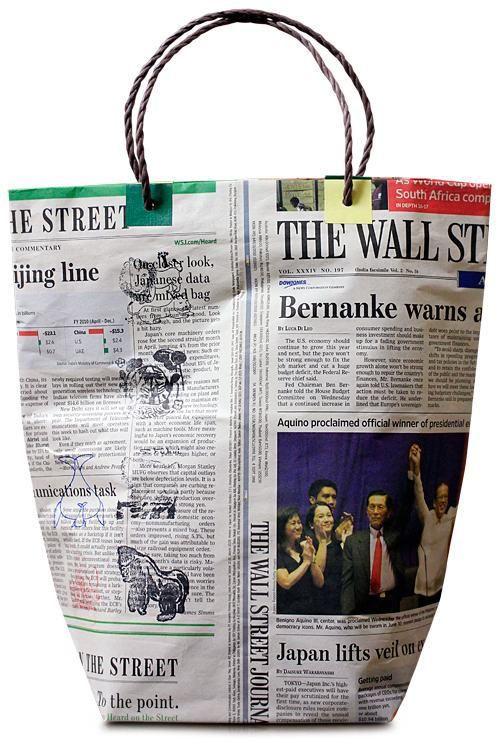 Bolso hecho con papel de periódico reciclado