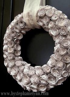 Corona de boda hecha con papel de periódico