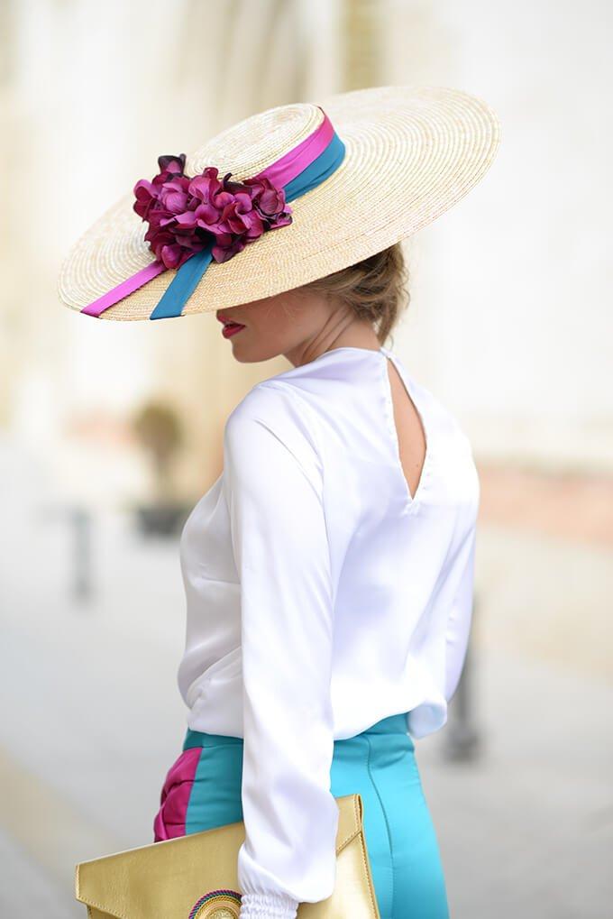 tocado-bodas-sobrero-cordobés-de-paja-cintas-y-flores-con-traje-azul-y-fucsia