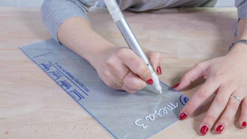 Preparación del letrero casero para bodas