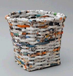 Cesta hecha con papel de periódico