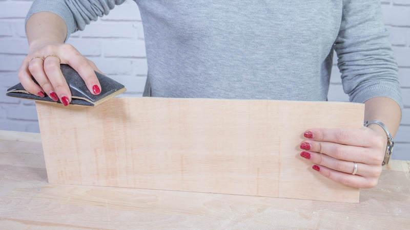 Lijado de la madera para crear sitting para bodas