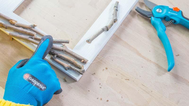 Tijeras cortando ramitas Gardena