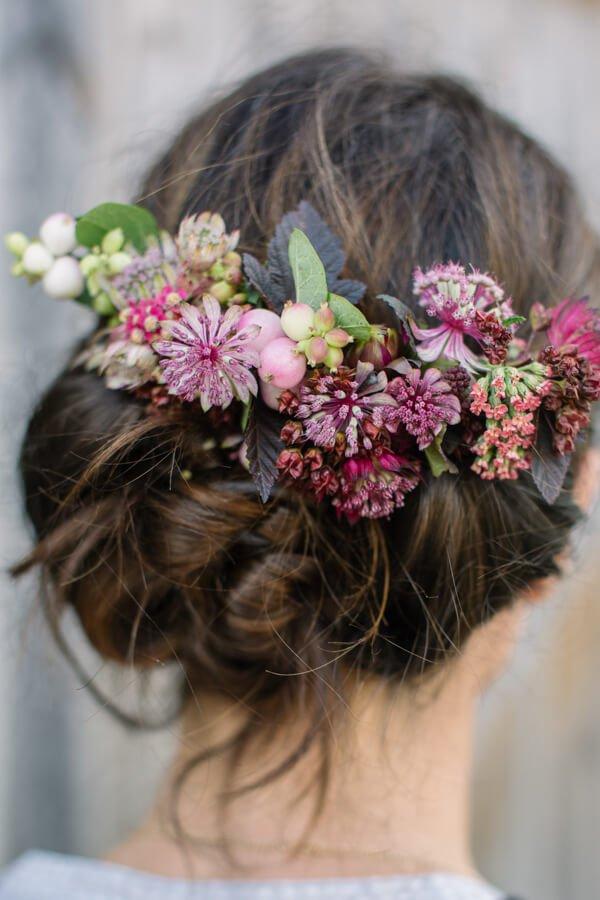 tocados-para-invitadas-de-boda-pasador-con-flores-frescas