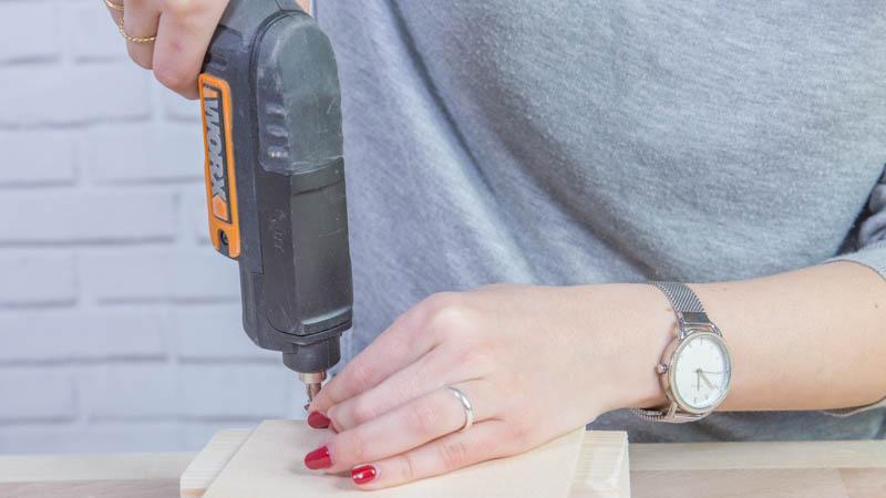 Montaje de la peana de madera del accesorio de bodas