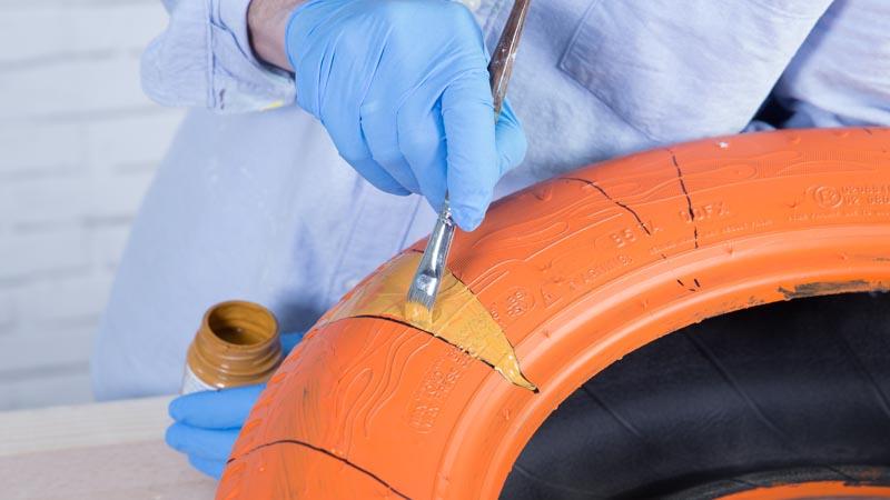 Pincel decorando el neumático