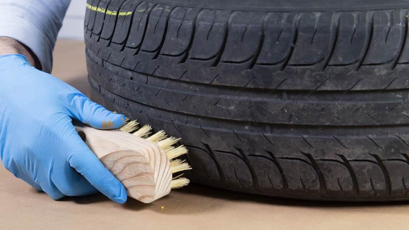 Limpieza del neumático con un cepillo
