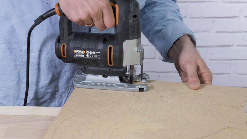 Sierra de calar cortando la madera