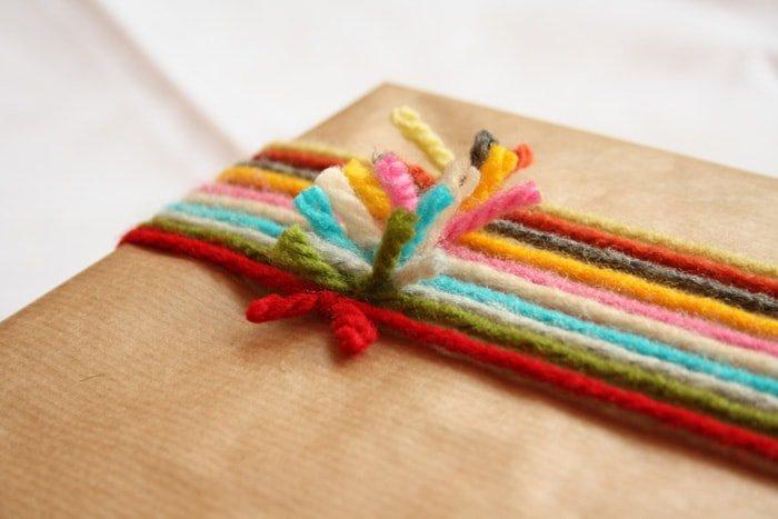 Cómo envolver un regalo con lana de colores