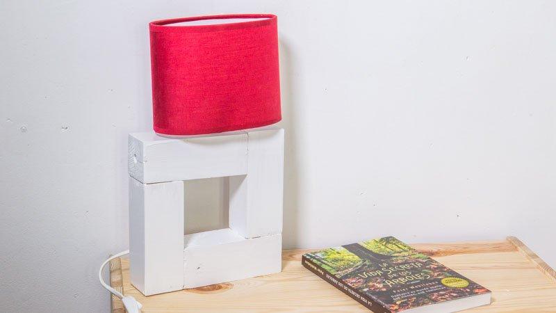 Cómo hacer una lámpara de pared con madera y papel pintado