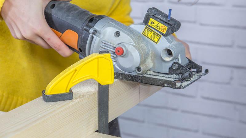 Sierra circular de Worx para cortar los listones de madera