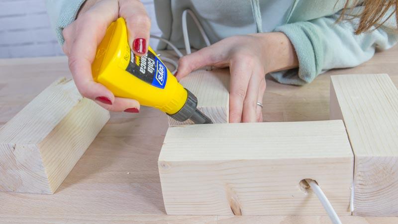 Encolado de las piezas de madera de la lámpara