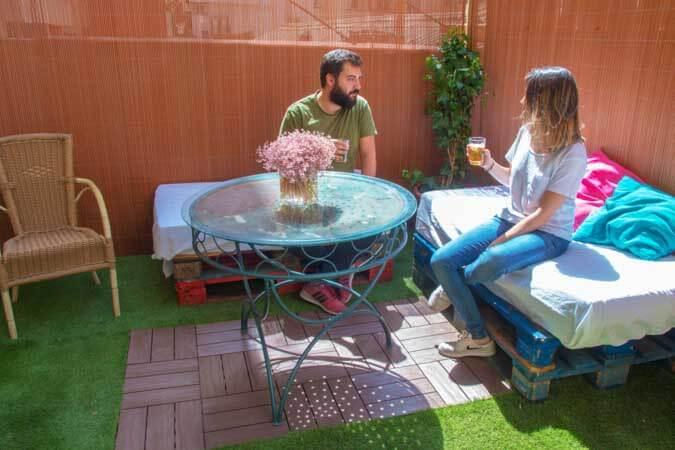 ideas_para_decorar_tu_jardin_tarima_madera_baldosas_madera