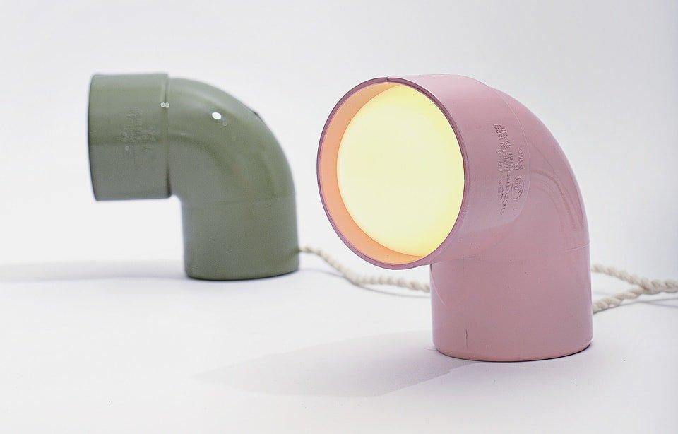 Lámpara hecha con tubos de PVC