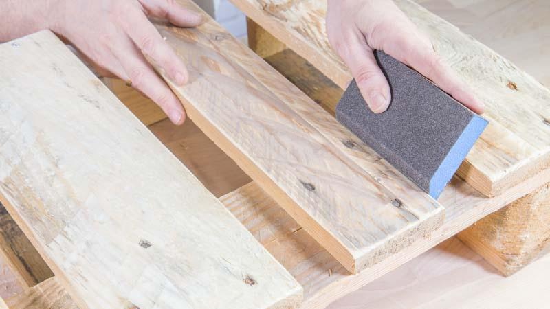 Lijado del palet de madera